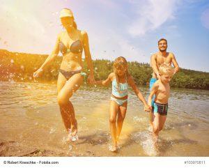 Familie glücklich beim Baden